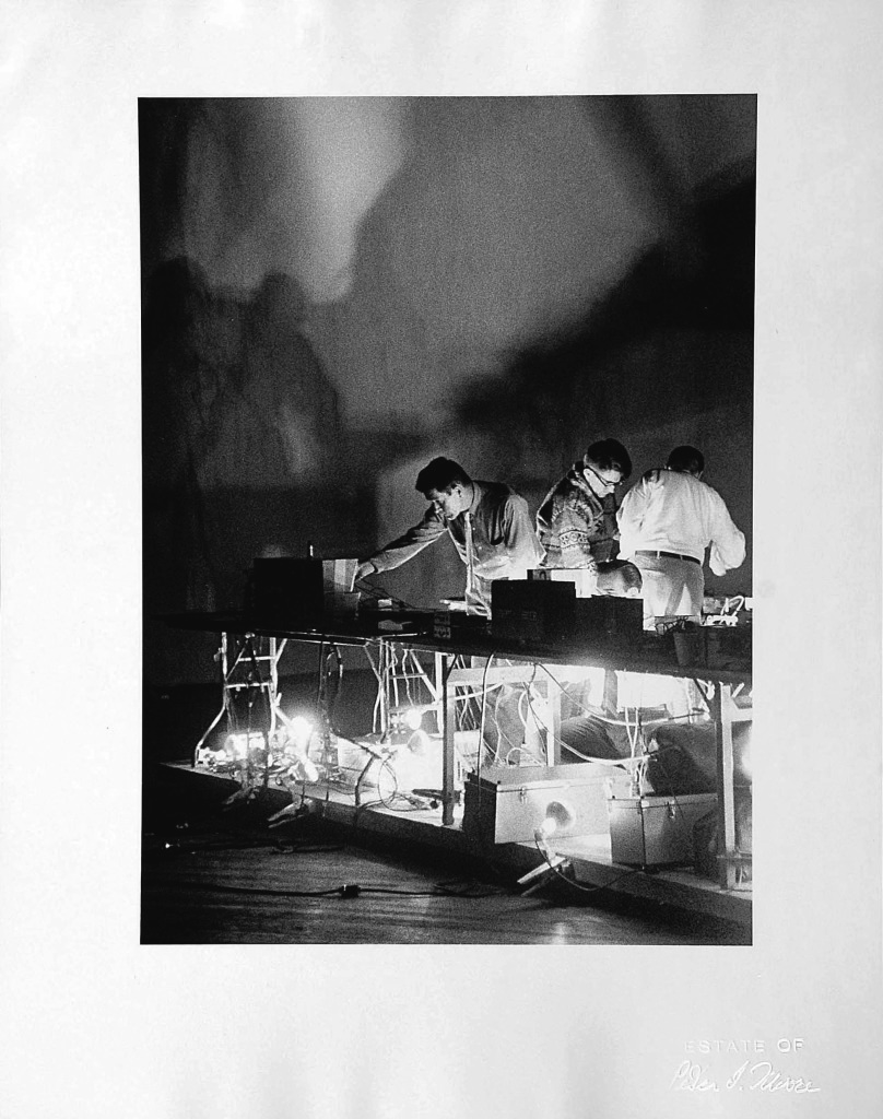 "Peter Moore, 10.16.66, John Cage, Variations VII, 9 Evenings - Theater and Engineering"", 16 octobre 1966, Exposition Sounding new : oeuvres de la collection"