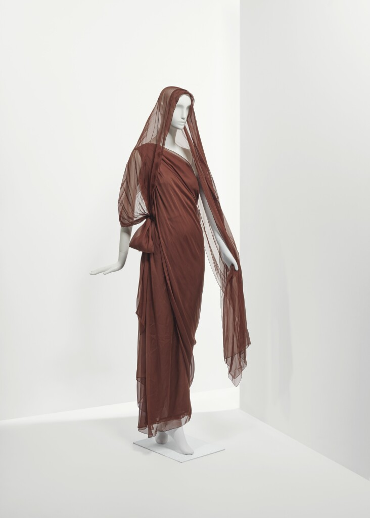 Lot 118 - Robe sari en mousseline de soie marron- Printemps- Eté 1999- €1,000-2,000