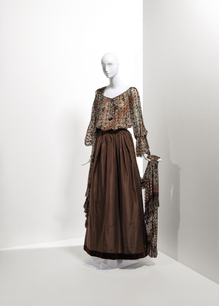 Lot 125 - A fine evening ensemble - chiffon blouse, scarf and taffetas skirt Fall Winter 1977-1978 €3.000-5.000