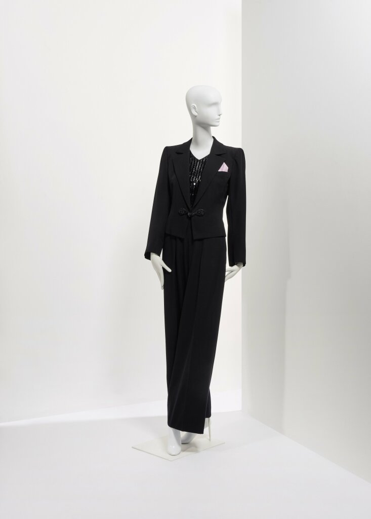 Lot 88 - Smoking en laine noir et attaches en passementerie - YSL Haute couture - circa 1982 €1.000-2.000