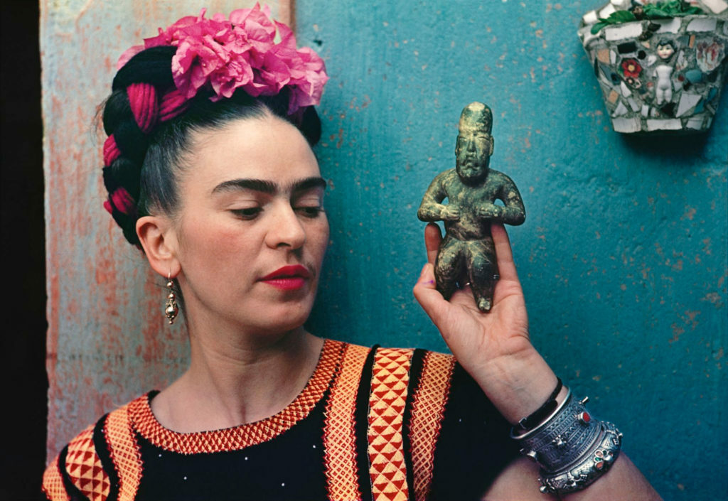 Nickolas Muray, Frida Kahlo with Olmec figurine (1939).