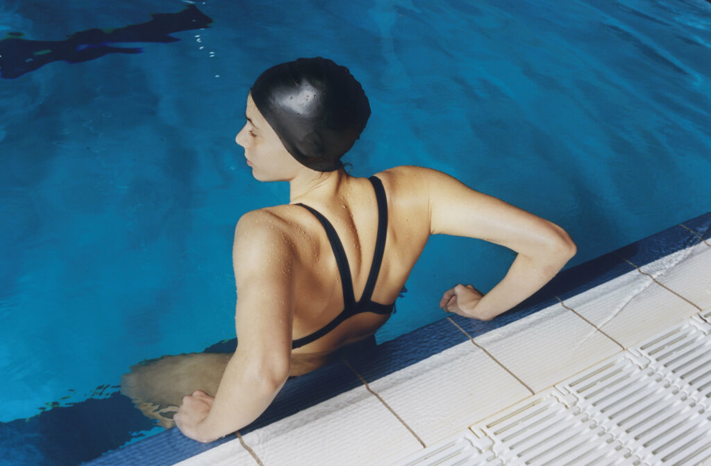 CC05 Coco Capitán Swimmer at the edge of the poolDe la série « Ten Hours a Day, Six Days a Week: The Spanish Olympic Synchronized Swimming Team »Barcelone, Espagne, 2018 © Coco Capitán, courtesy of the artist