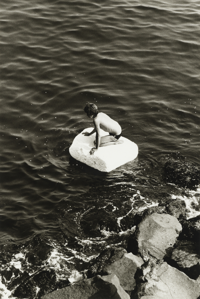 4. Peter Hujar, Boy on Raft, 1978 Tirage gélatino-argentique, The Morgan Library & Museum, achat grâce au achat en 2013 grâce au Charina Endowment Fund