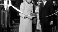 "Le couturier Marc Bohan et la Princesse Grace de Monaco lors de l'inauguration de la boutique ""Baby Dior"" (avenue Montaigne a Paris)le 7 novembre 1967 : ici la princesse coupe le ruban. Elle porte un costume San Francisco de la collection automne-hiver1965 par Marc Bohan pour Dior  ---  Dress designer Marc Bohan and princess Grace of Monaco at opening of shop ""Baby Dior"" (avenue Montaigne in Paris) november 7, 1967"