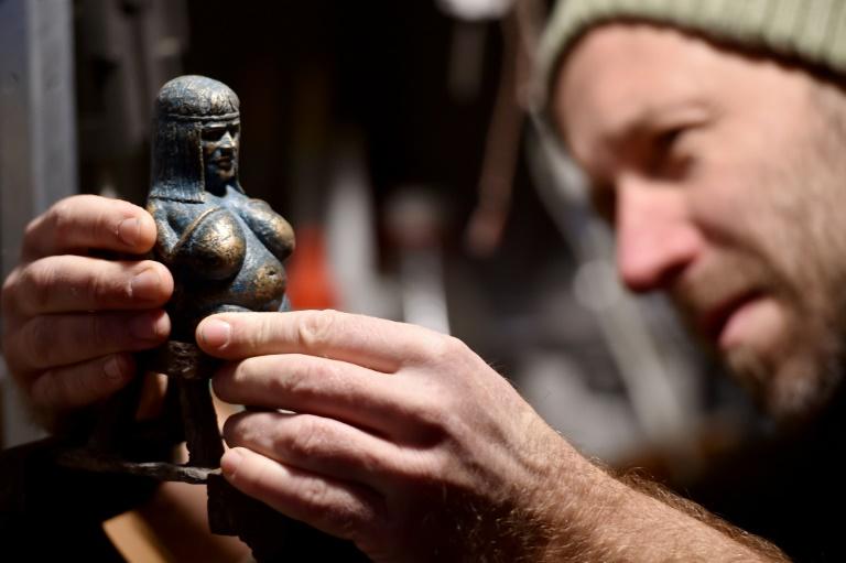 """Mihaly Kolodko travaille une de ses petites sculptures la """"Cicciolina Madonna"""" dans son atelier à Vac (près de Budapest), le 11 décembre 2019"""
