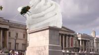 Une cerise géante à Trafalgar Square