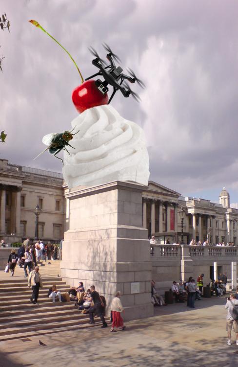 """""""The End"""" : une cerise géante à Trafalgar Square"""