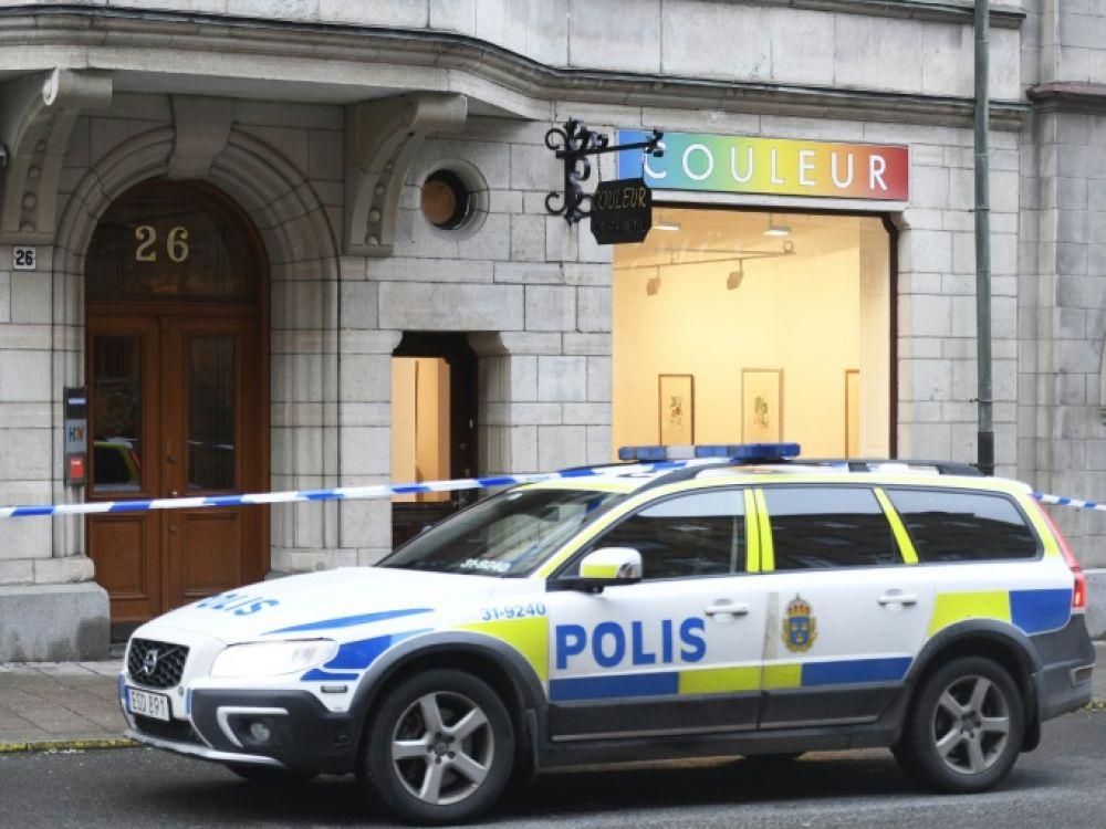 Un véhicule de police devant la galerie Couleur où dix sculptures de Salvador Dali ont été dérobées, le 30 janvier 2020 à Stockholm, en Suède