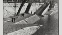 Promeneurs, quai des Tuileries, avant la voie express. Paris (VIIIème arr.). Photographie d'Henri Cartier-Bresson (1908-2004). Tirage au gélatino-bromure d'argent. 1955. Paris, musée Carnavalet.