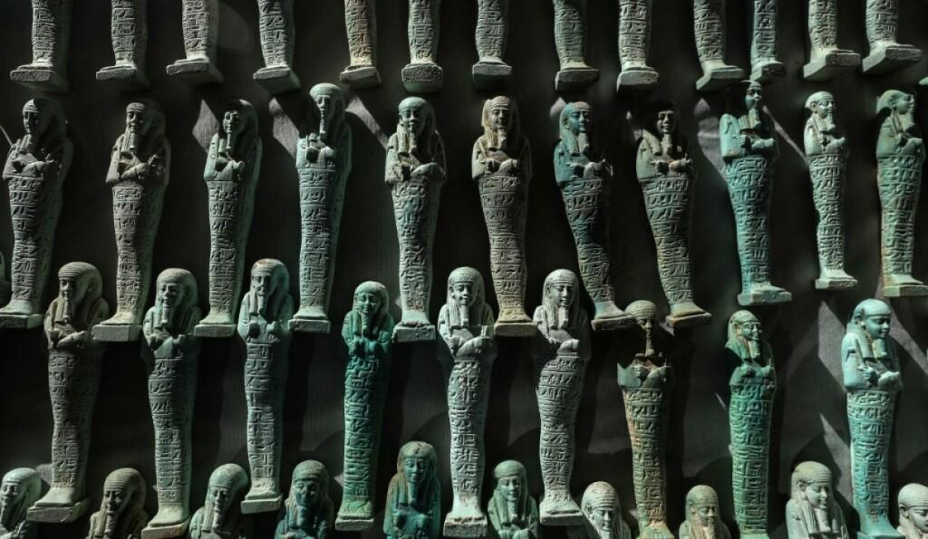 Les figurines en faïence bleue et verte