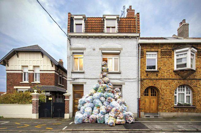 Tas de dechets devant la maison