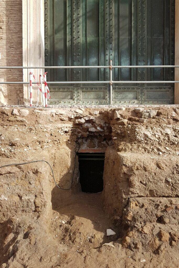 L'entrée de la cavité où a été trouvé le tombeau, sous le Comitium.