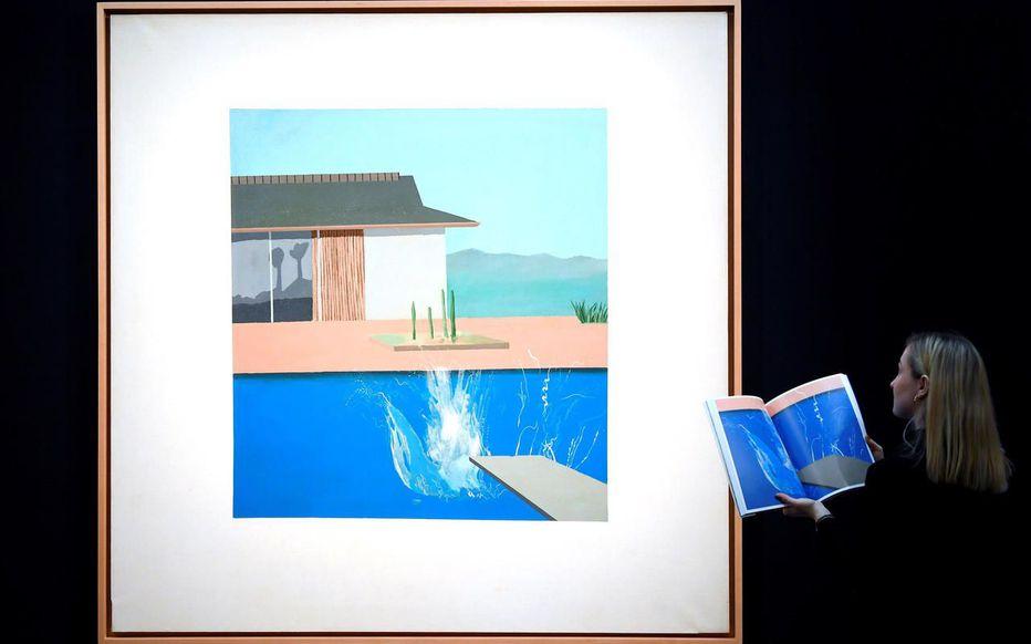 Peinte en 1966, la toile représente une piscine avec plongeoir et des éclaboussures, saisissant le moment juste après que le plongeur a pénétré l'eau de la piscine.