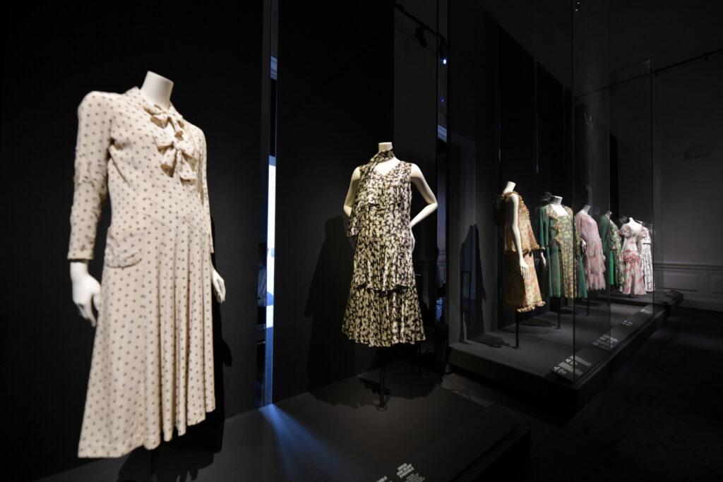 Vue de l'exposition Gabrielle Chanel au Palais Galliera