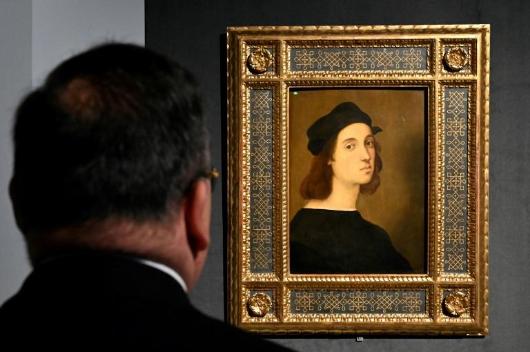 """Un visiteur devant l'""""Autoportrait"""" de Raphaël, lors de l'exposition à Rome, le 4 mars 2020"""