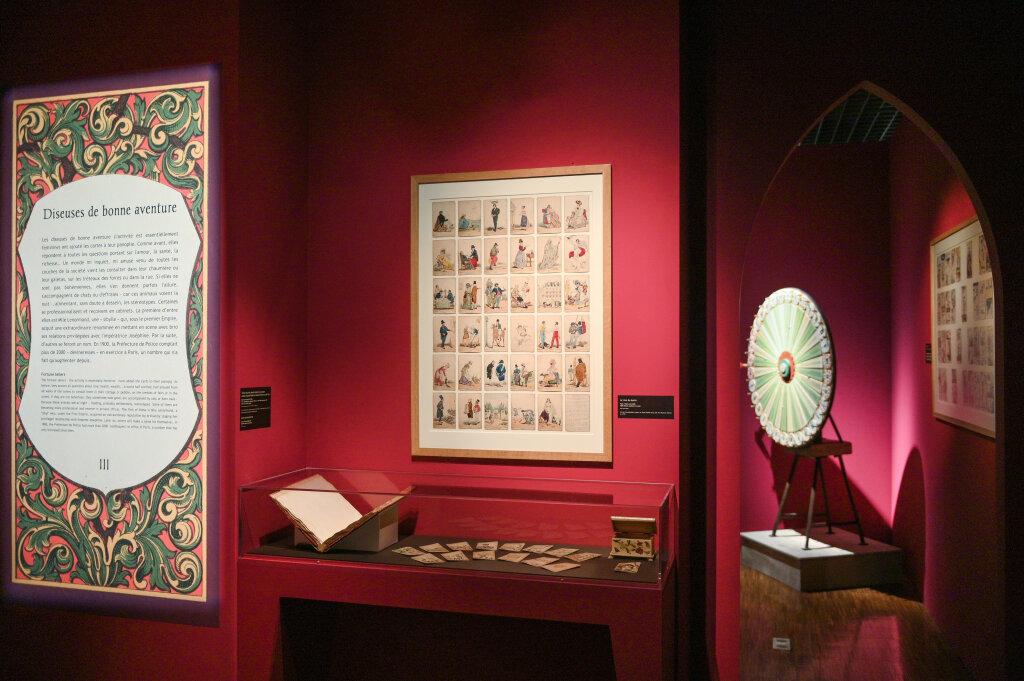 Vue de l'exposition Cartomancie