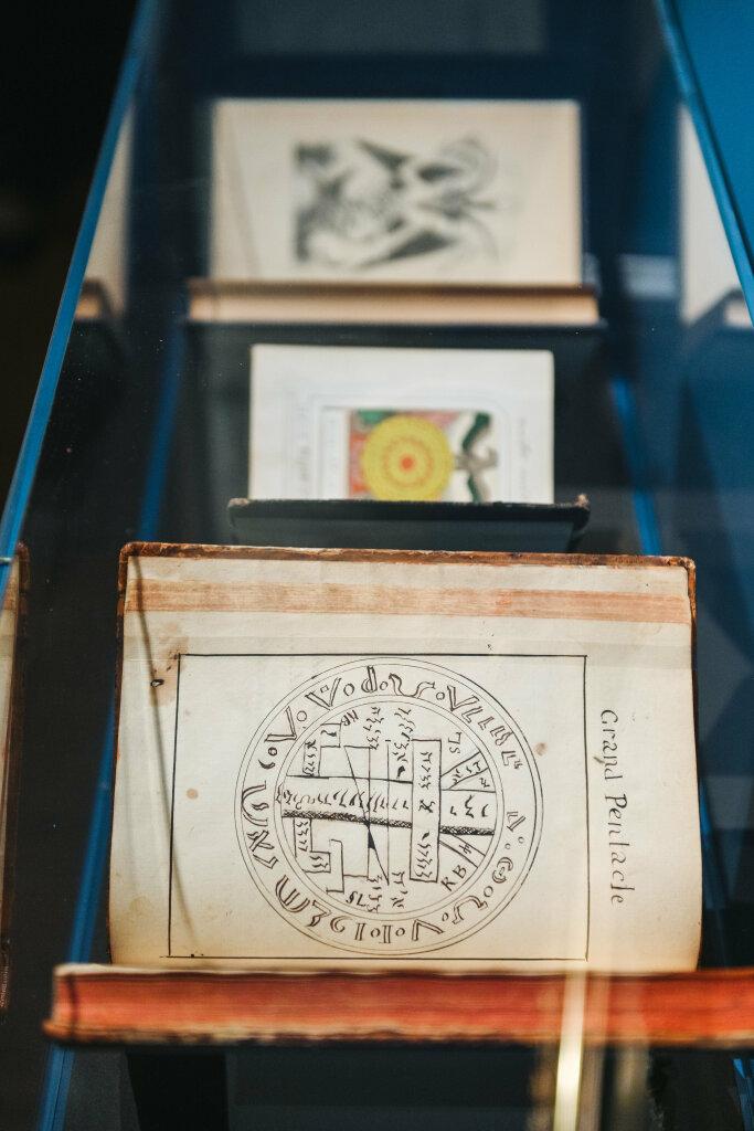 Vue de l'exposition Cartomancie - au premier plan : Recueil de traités sur les sciences occultes
