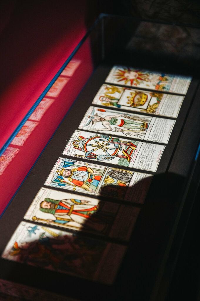 Vue de l'exposition Cartomancie - au premier plan : Grand jeu de tarots du mage Edmond Jules Charles Ernest Billaudot Paris, deuxième moitié du XIXe siècle