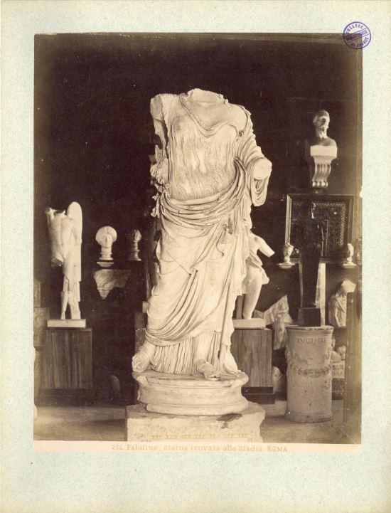 Palatino, statua trovata allo studio Roma (vue intérieure de l'Antiquarium)