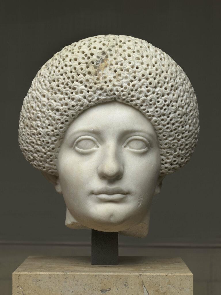 Portrait féminin, cheveux à la Julia Titi (diadème), découverte en 1865 dans la domus Tiberiana