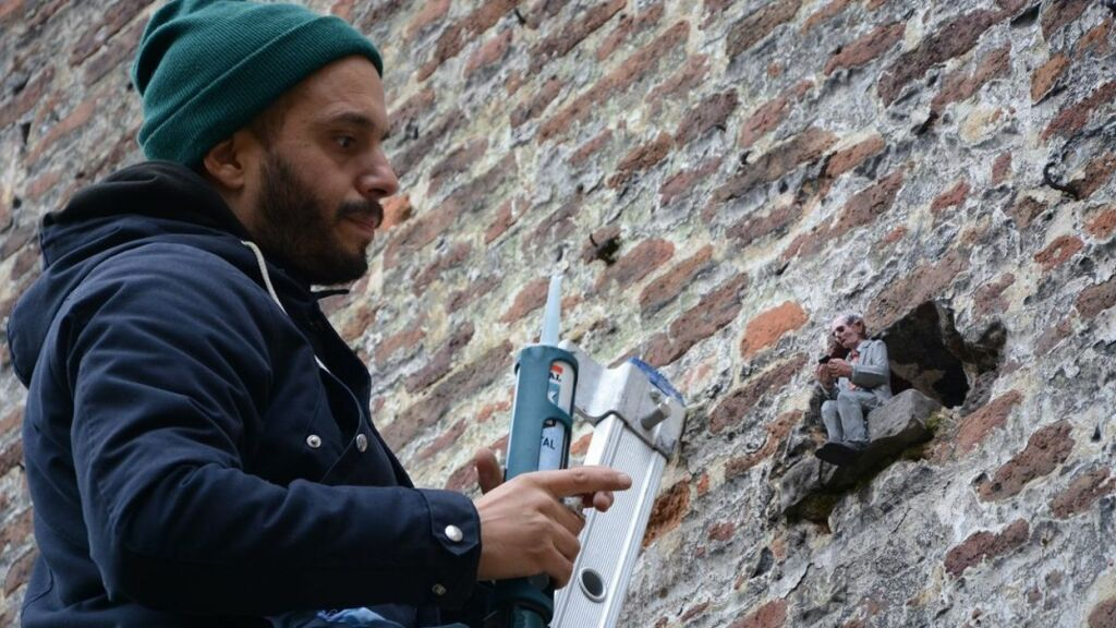 Isaac Cordal installe son oeuvre