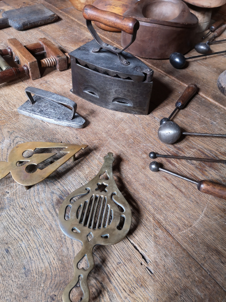 Les travailleuses de l'aiguille - Maison de l'Outil et de la Pensée Ouvrière (1)
