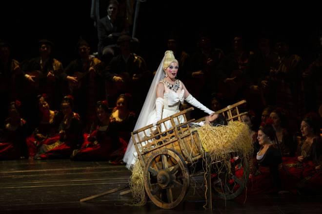 Jodie Devos est Ophélia dans Les Contes d'Hoffmann, mis en scène par Robert Carsen
