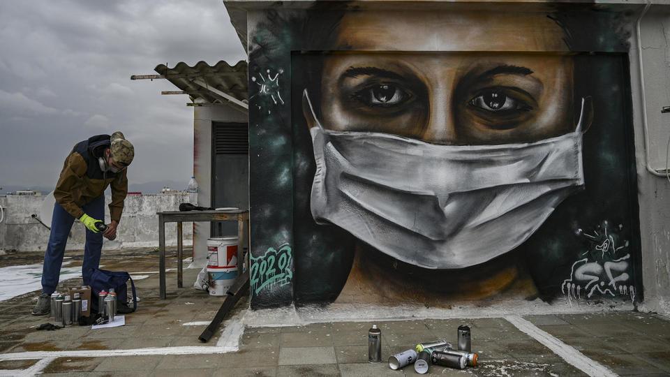 l'artiste SF peint sur son toit