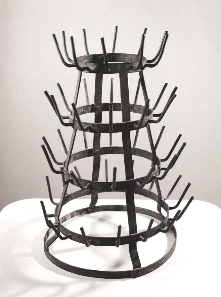 Marcel Duchamp, Porte-bouteilles (séchoir à bouteilles ou hérisson), vers 1921, fer galvanisé, 50,5 cm x 32,5 cm