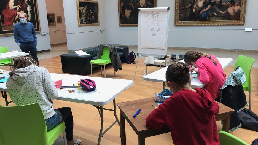 Des tables ont été installées dans une salle du musée des Beaux Arts de Caen pour que les enfants puissent avoir classe