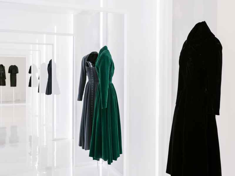 "Vue de l'exposition ""Alaia & Balenciaga. Sculpteurs de la forme"""