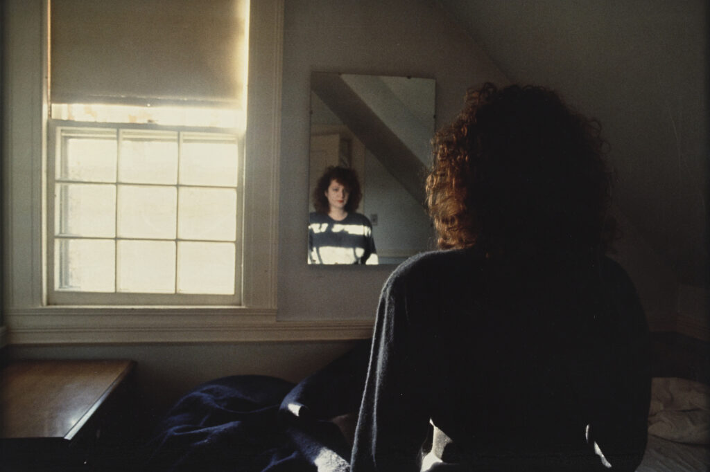 Exposition Je refléterai ce que tu es - Nan Goldin Self portrait in the Mirror, The Lodge, Belmont, 1988