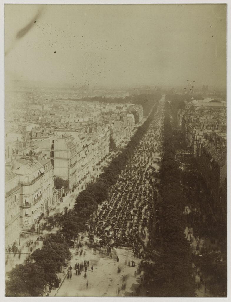 Funérailles de Victor Hugo, vue de la foule envahissant les Champs-Elysées, prise du haut de l'Arc de Triomphe, 1er juin 1885