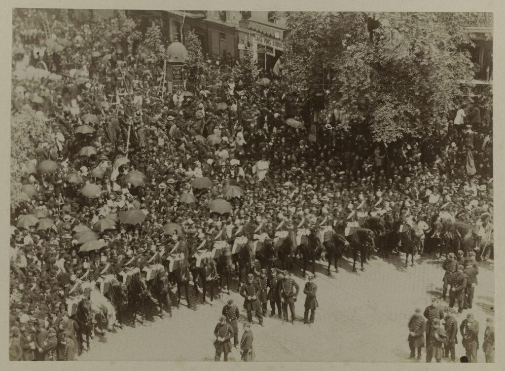 Funérailles de Victor Hugo, la foule contenue par un cordon de gardes républicains. Paris, juin 1885.
