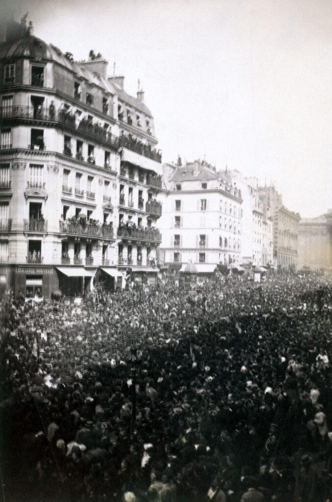 Louis Antonin Neurdein, Funérailles de Victor Hugo, foule envahissant la rue Soufflot après le cortège, 1er juin 1885