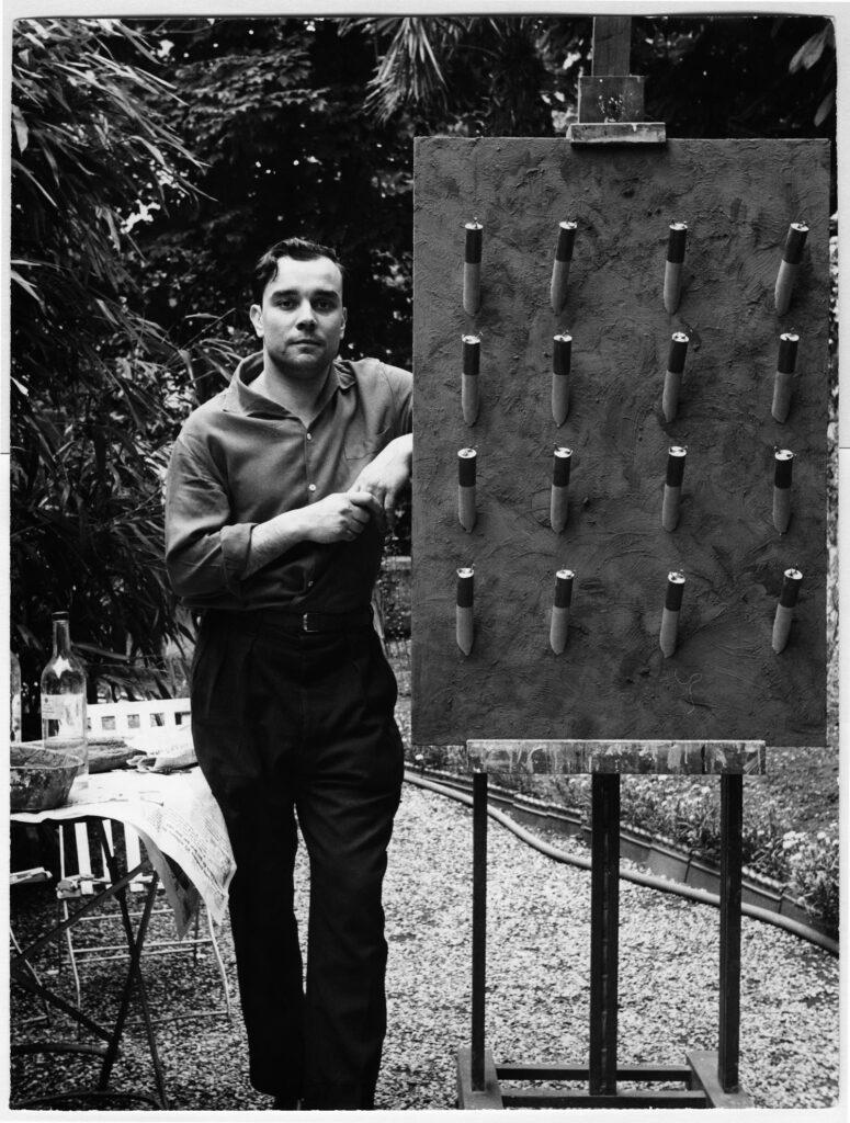 Exposition Yves Klein - Les éléments et les couleurs - Yves Klein à côté du «Tableau de Feu bleu d'une minute», Paris, France, mai 1957