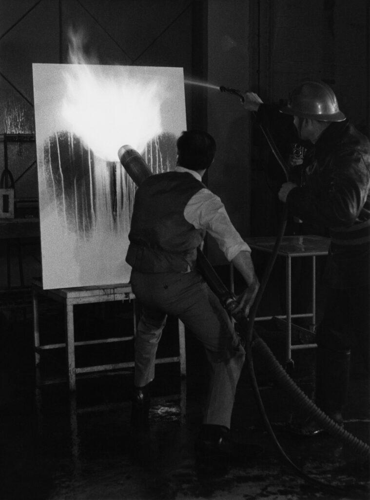 Exposition Yves Klein - Les éléments et les couleurs - Yves Klein réalisant une Peinture de Feu (F 71), 1962