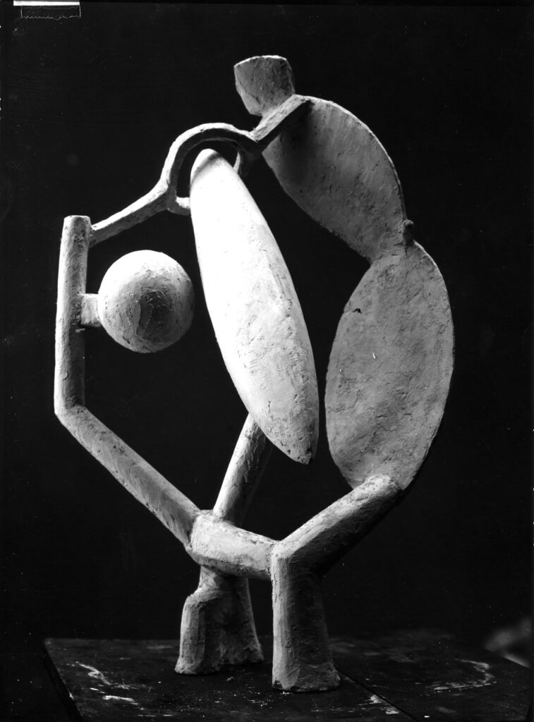 """Alberto Giacometti """"Femme, tête et arbre en plâtre"""" (c. 1930)"""