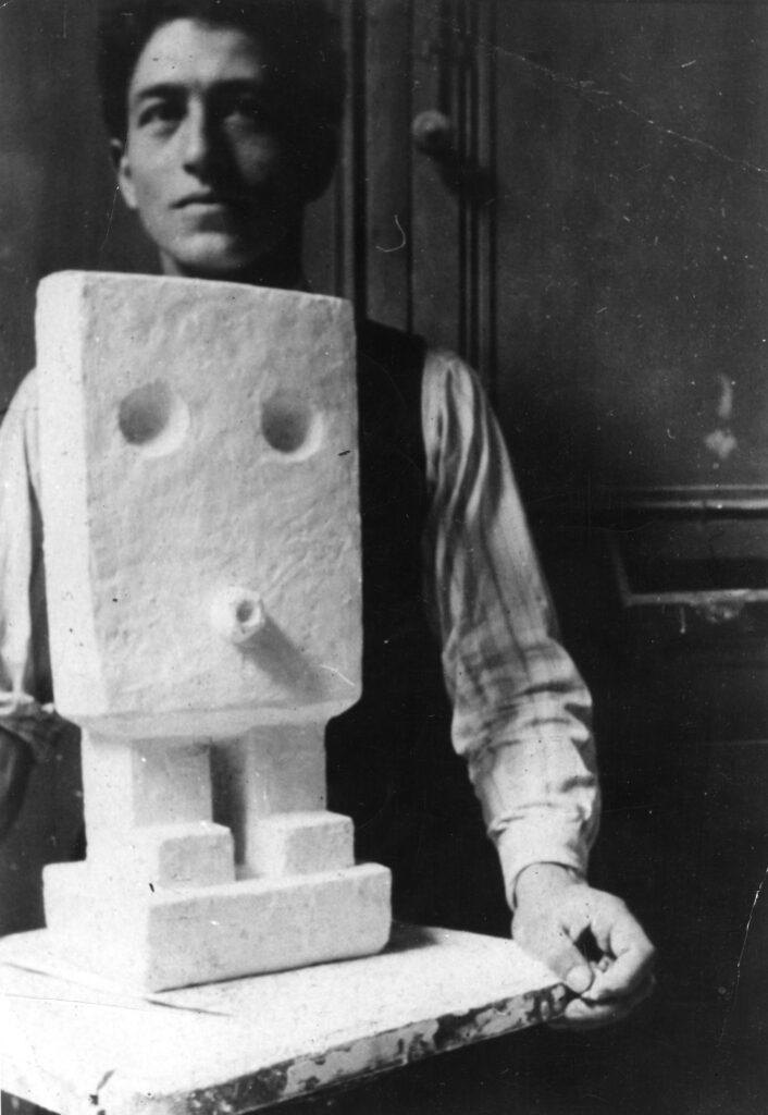 """Alberto Giacometti posant avec """"Petit homme"""""""