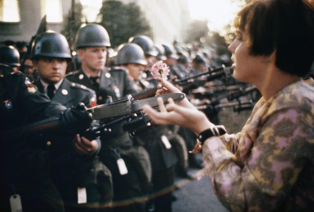 Marc Riboud, La jeune fille à la fleur - Washington 1967