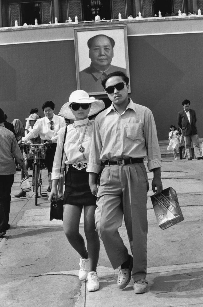 Marc Riboud, Place Tian'anmen, à l'entrée de la Cité interdite Pékin, Chine, 1992