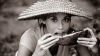 """Tournage du film """"QUE VIENNE LA NUIT"""" (Hurry Sundown) d'Otto PREMINGER. Portrait de Jane FONDA coiffée d'un chapeau de paille, mangeant une tranche de pasteque. Bâton-Rouge, Louisiane, USA, août 1966. - © Claude Azoulay, all rights reserved"""