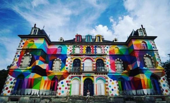 Le château de la Valette, à Pressigny-les-Pins, redécoré par le pop artiste Okuda San Miguel.