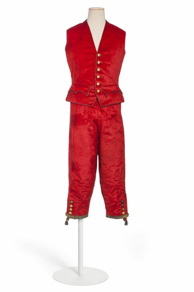 Livrée de domestique-gilet et culotte à pont en panne de velours rouge, avec boutons dorés aux armes du comte Abraham-Béhor de Camondo Fin XIXème-début XXème siècle