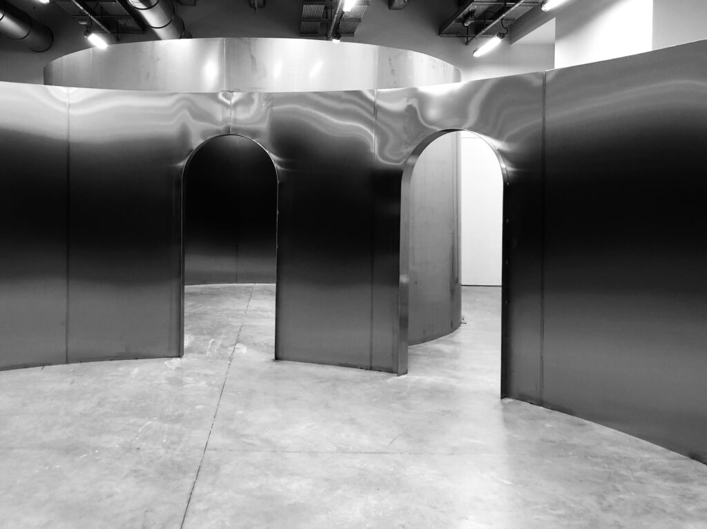 Montage de l'exposition Places to be à la Fondation d'entreprise Martell