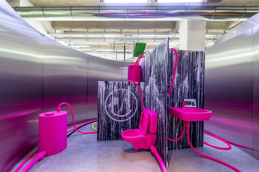 Salle de bain par Jerszy Seymour pour l'exposition Places to be