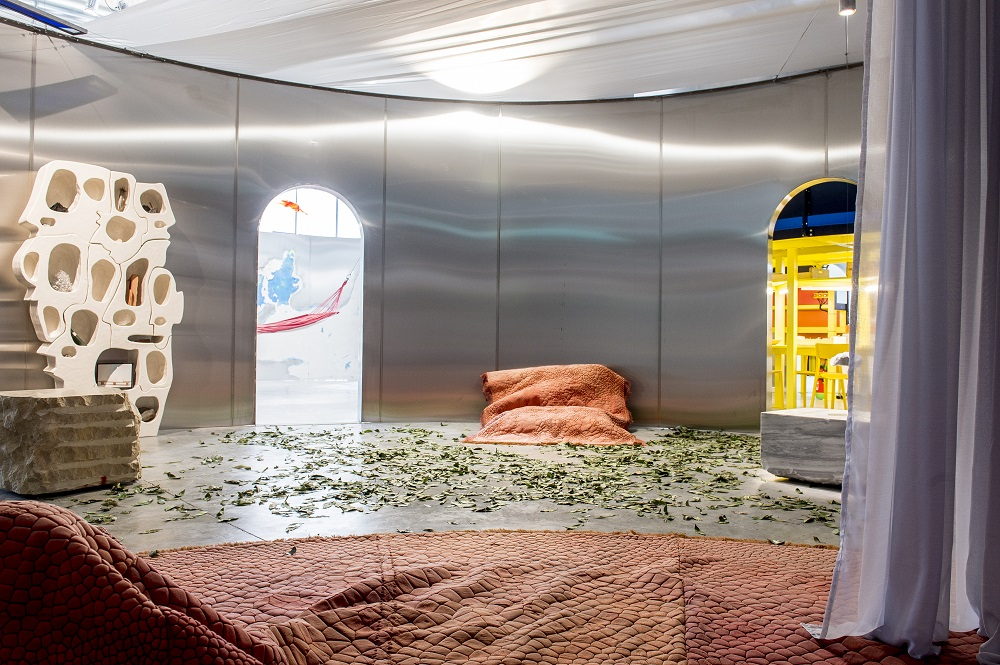 Salon par Anima Onapour l'exposition Places to be