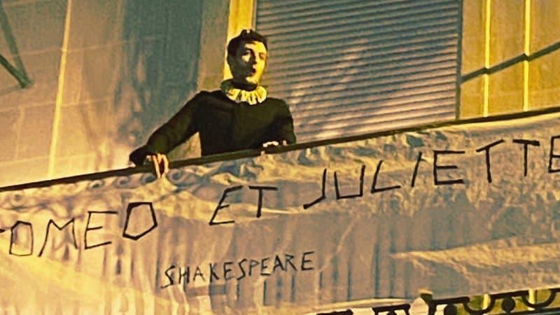 Thomas Jolly joue la scène du balcon de Roméo et Juliette sur son balcon