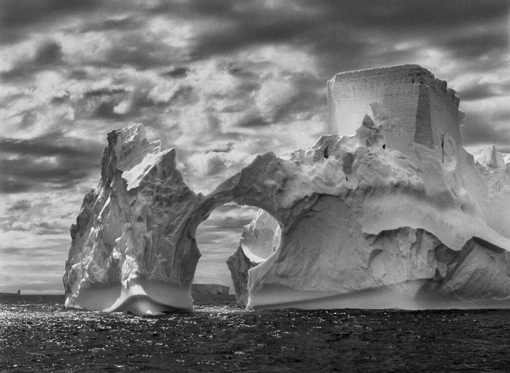 Iceberg entre l'île Paulet et les îles Shetland du sud dans la mer de Weddell, Péninsule Antarctique, 2005