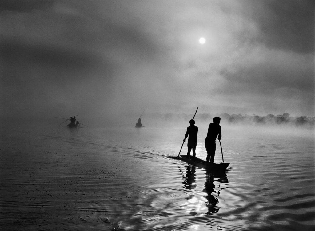 Dans la région du Haut-Xingu, un groupe d'Indiens waura pêche dans le lac de Piyulaga près de leur village, État du Mato Grosso, Brésil, 2005